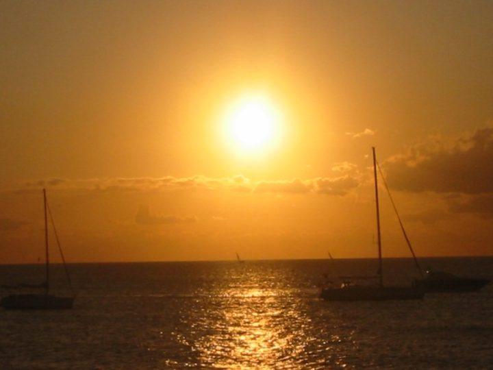 Paseo romántico en barco en Alicante: ¡regala a tu pareja una velada inolvidable!