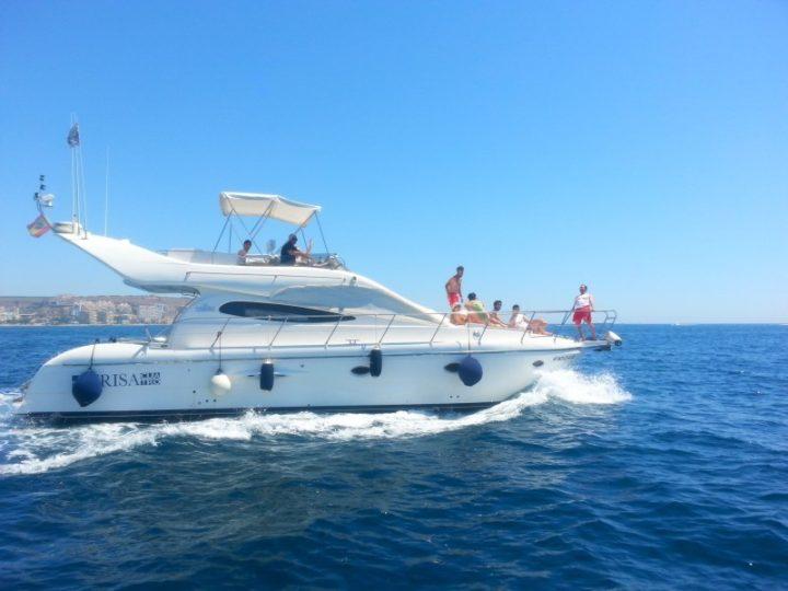 Cuatro razones para alquilar un barco con patrón ¡y relájate en tu próxima salida al mar!