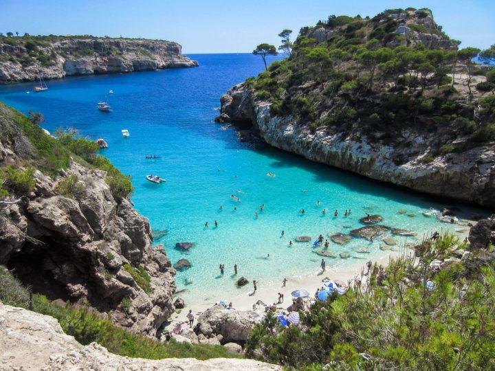 5 calas para fondear en Mallorca y Menorca: ¡alquila un barco y navega en primavera!